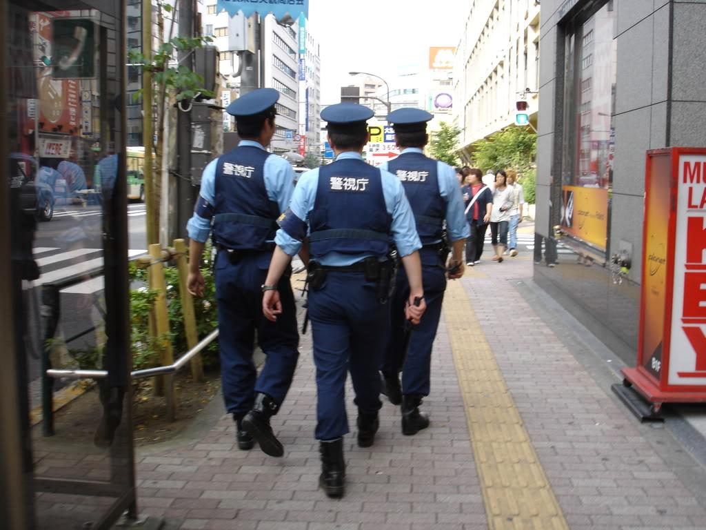 自転車の 自転車 歩道 走行 ルール : Japanese Woman Police Officer